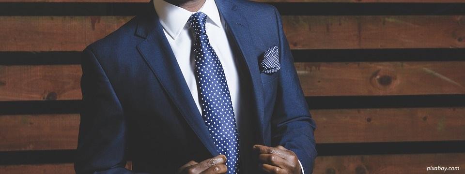 rappel de couleur cravate veste