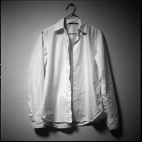 Une chemise blanche ? Indispensable !